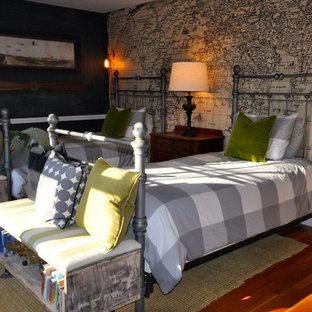 Inspiration för mellanstora amerikanska sovrum, med svarta väggar, ljust trägolv och beiget golv