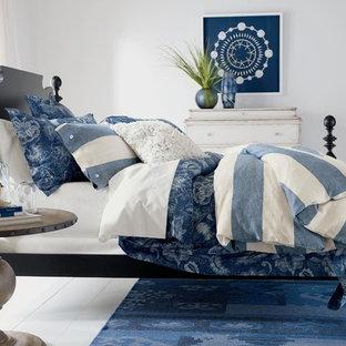 Modelo de habitación de invitados marinera con paredes blancas y suelo de madera pintada