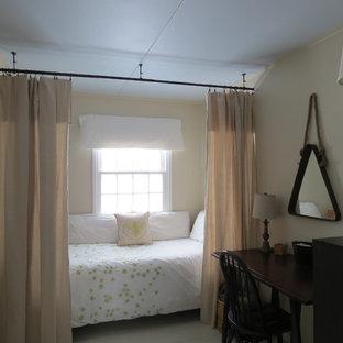 Ejemplo de habitación de invitados urbana, pequeña, con paredes beige y suelo de madera pintada