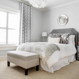 Cette photo montre une chambre avec moquette chic avec un mur gris.
