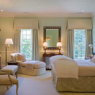 Klassisk inredning av ett mellanstort gästrum, med gröna väggar, heltäckningsmatta, en standard öppen spis och en spiselkrans i trä