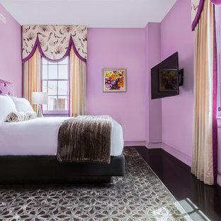 Diseño de habitación de invitados tradicional, de tamaño medio, con paredes púrpuras y suelo de madera oscura