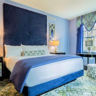 Foto de dormitorio contemporáneo, grande, con paredes azules, moqueta y suelo multicolor