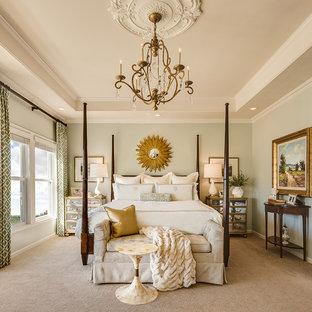Cette photo montre une grand chambre chic avec un mur vert et aucune cheminée.