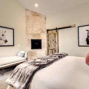 Ejemplo de habitación de invitados rural, de tamaño medio, con paredes beige, moqueta, marco de chimenea de baldosas y/o azulejos y chimenea de esquina