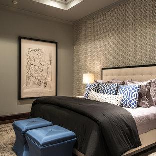 ヒューストンの広いトランジショナルスタイルのおしゃれな主寝室 (グレーの壁、カーペット敷き、暖炉なし、茶色い床) のレイアウト