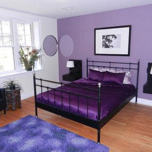 ニューヨークの中サイズのコンテンポラリースタイルのおしゃれなゲスト用寝室 (紫の壁、淡色無垢フローリング) のインテリア