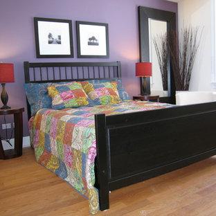 Foto de dormitorio principal, tradicional, de tamaño medio, con paredes púrpuras y suelo de madera clara
