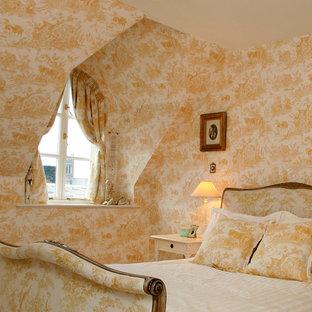 Diseño de dormitorio principal, clásico, de tamaño medio, con paredes amarillas, moqueta y suelo amarillo