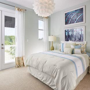 Esempio di una camera matrimoniale stile shabby di medie dimensioni con pareti grigie, moquette, nessun camino, cornice del camino in perlinato, pavimento beige, soffitto a cassettoni e carta da parati