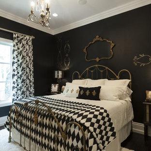Esempio di una camera da letto vittoriana con pareti nere