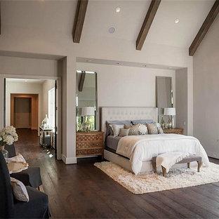 Modelo de dormitorio principal, romántico, grande, sin chimenea, con paredes blancas, suelo de madera oscura y suelo marrón