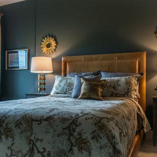 Неиссякаемый источник вдохновения для домашнего уюта: хозяйская спальня среднего размера в стиле модернизм с зелеными стенами, ковровым покрытием и желтым полом без камина