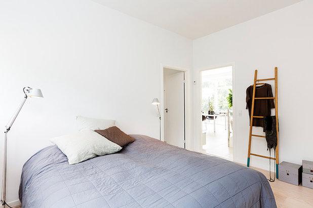 Scandinavian Bedroom by Skanlux byggefirma A/S