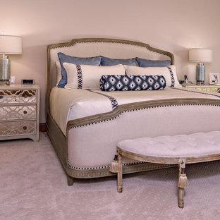 Modelo de dormitorio principal, clásico renovado, con paredes beige, moqueta, chimenea tradicional, marco de chimenea de baldosas y/o azulejos y suelo beige