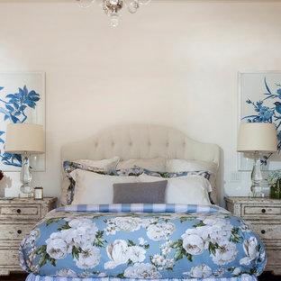 Klassisches Hauptschlafzimmer mit weißer Wandfarbe in Los Angeles