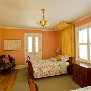 ポートランドのトラディショナルスタイルのおしゃれな客用寝室 (オレンジの壁、淡色無垢フローリング、暖炉なし)