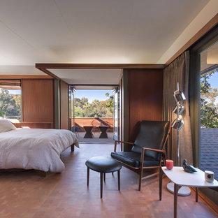 На фото: большая хозяйская спальня в стиле ретро с паркетным полом среднего тона, белыми стенами и коричневым полом