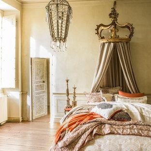 Idée de décoration pour une chambre d'amis victorienne de taille moyenne avec un mur blanc, un sol en bois brun, aucune cheminée et un sol marron.