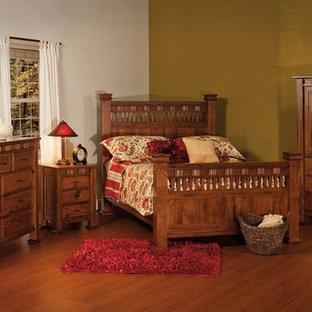 Imagen de dormitorio principal, de estilo de casa de campo, grande, sin chimenea, con paredes multicolor, suelo de madera en tonos medios y suelo marrón