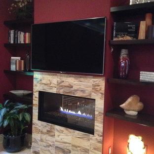 ロサンゼルスの大きいコンテンポラリースタイルのおしゃれな主寝室 (赤い壁、横長型暖炉、トラバーチンの床、タイルの暖炉まわり) のレイアウト