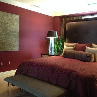 Idées déco pour une grand chambre d'amis contemporaine avec un mur rouge, un sol en travertin et aucune cheminée.