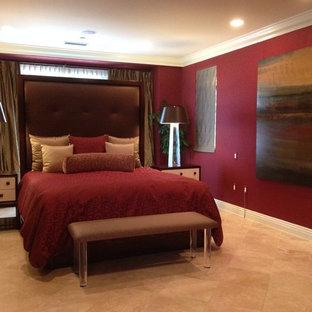 Inspiration för ett stort funkis gästrum, med röda väggar och travertin golv