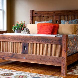Idées déco pour une chambre parentale montagne de taille moyenne avec un mur beige, un sol en bois brun, aucune cheminée et un sol marron.
