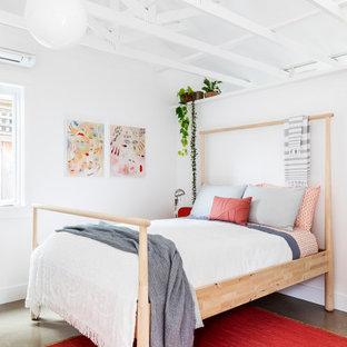 Foto på ett maritimt gästrum, med vita väggar och betonggolv