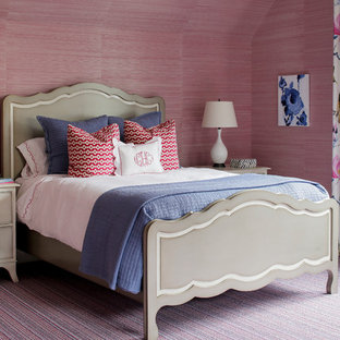Imagen de dormitorio principal, tradicional, con moqueta, paredes púrpuras y suelo violeta