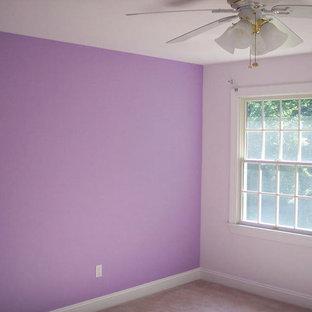 Immagine di una piccola camera da letto con pareti viola e moquette