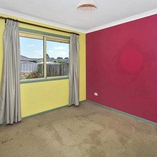 Ejemplo de dormitorio principal, contemporáneo, pequeño, con paredes rojas, moqueta y suelo marrón