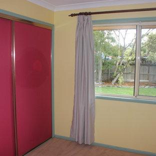 Ejemplo de dormitorio principal, actual, pequeño, con paredes rojas, moqueta y suelo marrón