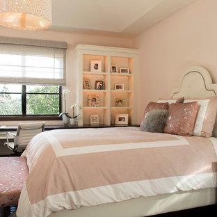 Modelo de habitación de invitados actual, de tamaño medio, sin chimenea, con paredes rosas y suelo de madera oscura