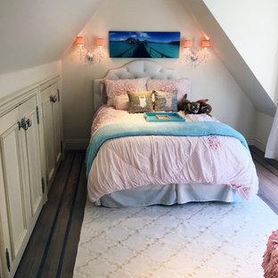 Idées déco pour une petite chambre mansardée ou avec mezzanine victorienne avec un sol en bois brun et aucune cheminée.