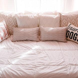 アルバカーキのシャビーシック調のおしゃれな寝室 (白い壁、カーペット敷き、ベージュの床) のインテリア
