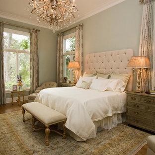 Foto di una camera matrimoniale classica di medie dimensioni con pareti verdi, parquet scuro, nessun camino e pavimento marrone