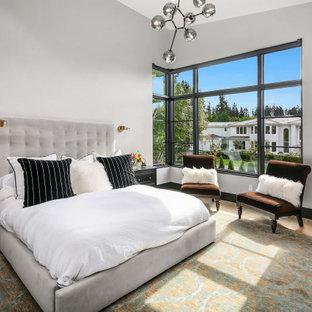 Imagen de dormitorio principal y abovedado, actual, grande, con paredes blancas, suelo de madera clara y suelo beige