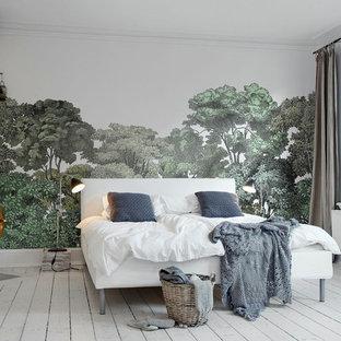 Imagen de dormitorio principal, tradicional renovado, grande, sin chimenea, con paredes multicolor, suelo de madera pintada y suelo blanco