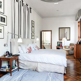 Immagine di una camera matrimoniale chic con pareti bianche, parquet scuro e nessun camino