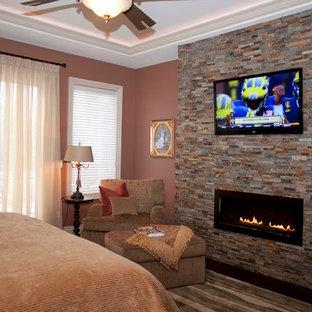 Ispirazione per una camera degli ospiti tradizionale di medie dimensioni con pareti rosa, moquette, camino lineare Ribbon, cornice del camino in pietra e pavimento multicolore