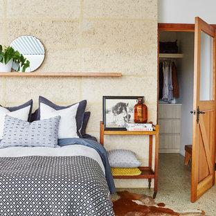 Inspiration pour une chambre parentale design de taille moyenne avec un mur blanc, béton au sol, aucune cheminée et un sol gris.