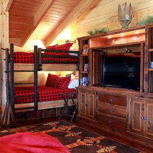Ejemplo de dormitorio tipo loft, rural, extra grande, sin chimenea, con paredes multicolor y suelo de madera en tonos medios