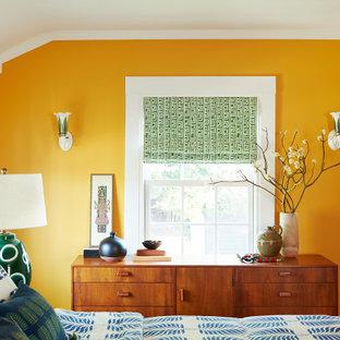 Ejemplo de dormitorio principal, retro, de tamaño medio, con parades naranjas