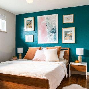 Foto de dormitorio principal, costero, de tamaño medio, sin chimenea, con paredes azules, suelo de madera en tonos medios y suelo marrón