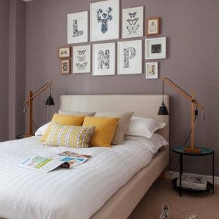 Esempio di una camera da letto eclettica con moquette