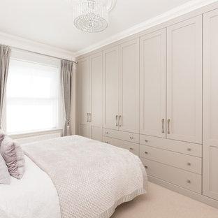 Cette photo montre une grand chambre chic avec un mur beige et un sol beige.