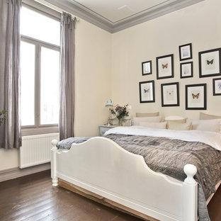他の地域のトラディショナルスタイルのおしゃれな寝室 (ベージュの壁、濃色無垢フローリング、暖炉なし、茶色い床)
