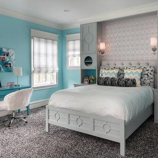 Idée de décoration pour une grand chambre avec moquette tradition avec un mur bleu.
