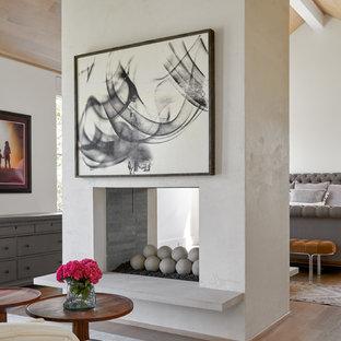 ダラスの中サイズのトランジショナルスタイルのおしゃれな主寝室 (白い壁、両方向型暖炉、無垢フローリング、タイルの暖炉まわり、茶色い床)